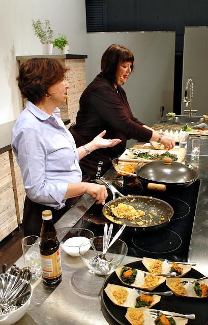 """Beim kochen: """"Streetfood & Sambal""""-Siegerin Barbara Steinbauer-Groetsch und Claudia Zaltenbach in der Showküche der Buchmesse."""