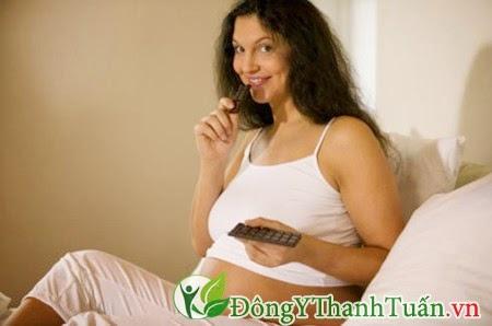 Đau dạ dày khi mang thai không nên ăn socola