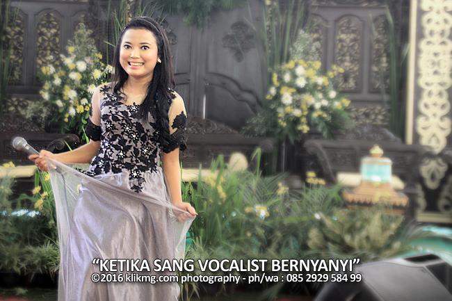Ketika Sang Vocalis Bernyanyi di Sebuah Arena Resepsi - foto oleh Klikmg Fotografer Purwokerto