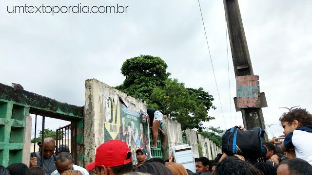 Mulher pulando o muro da UFMA na Ação Global em São Luís