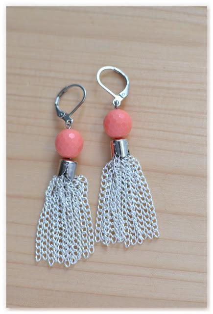boucles d'oreilles pompons argentés et perles à facettes corail