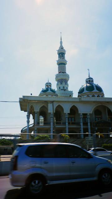 Изображение мечети за окном такси, Тайланд
