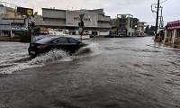 Ποτάμια οι δρόμοι στη Σαλαμίνα λόγω της νεροποντής (φωτο)