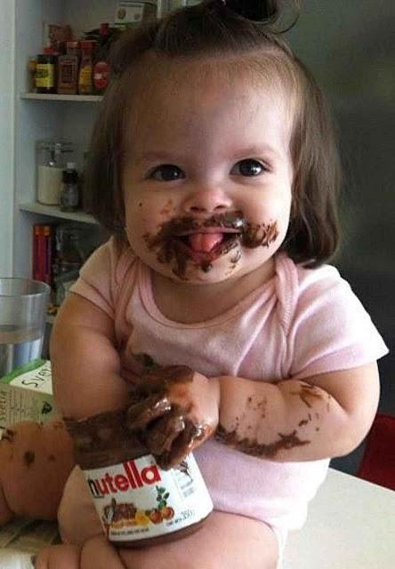 Criança consumindo Nutella contribui ao desmatamento, aquecimento global, etc., segundo ministra de Meio Ambiente