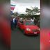 Lo que pasa cuando un taxi rojo pasa en medio de una manifestación de Ubers