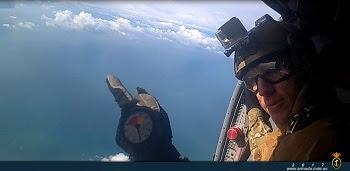 El Tercio de Armada y la US Navy participan en un ejercicio paracaidista desde helicóptero Blackhawk