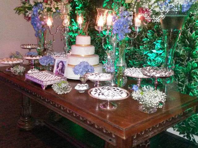 Mesa de Madeira(usada mesa do ambiente) com castiçais e vasos de