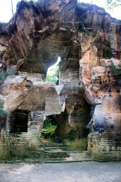 Gua-gua di bukit pasir Arosbaya.