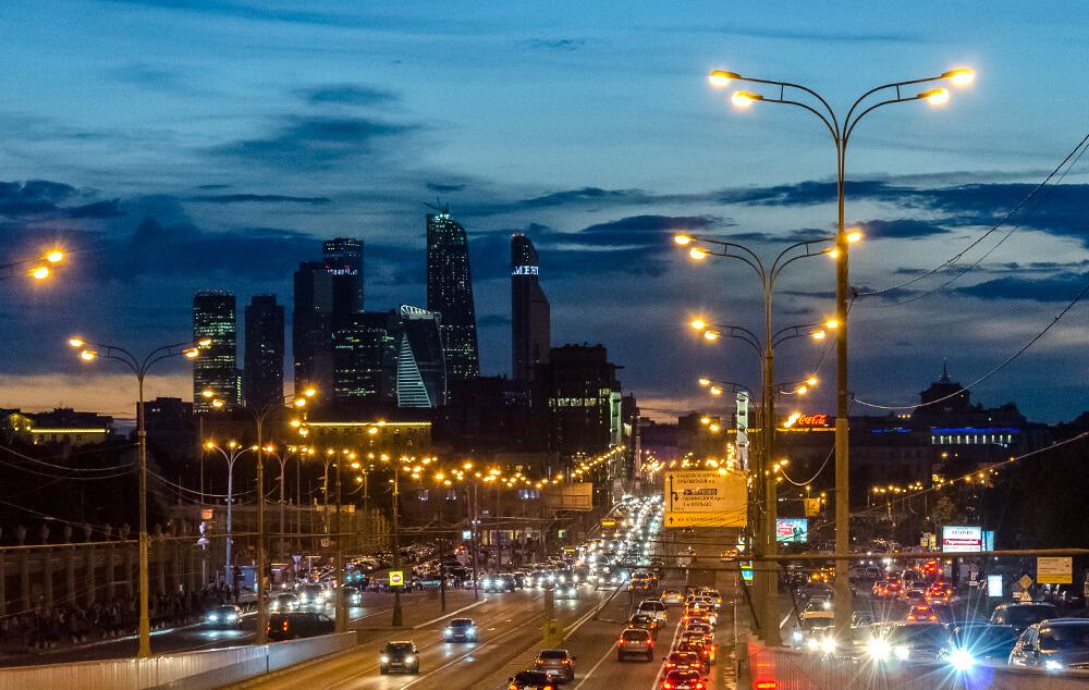 Die Wolkenkratzer der Moscow City und die Krim-Brücke bei Nacht