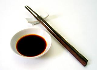 soja en un pequeño cuenco chino con unos palillos chinos