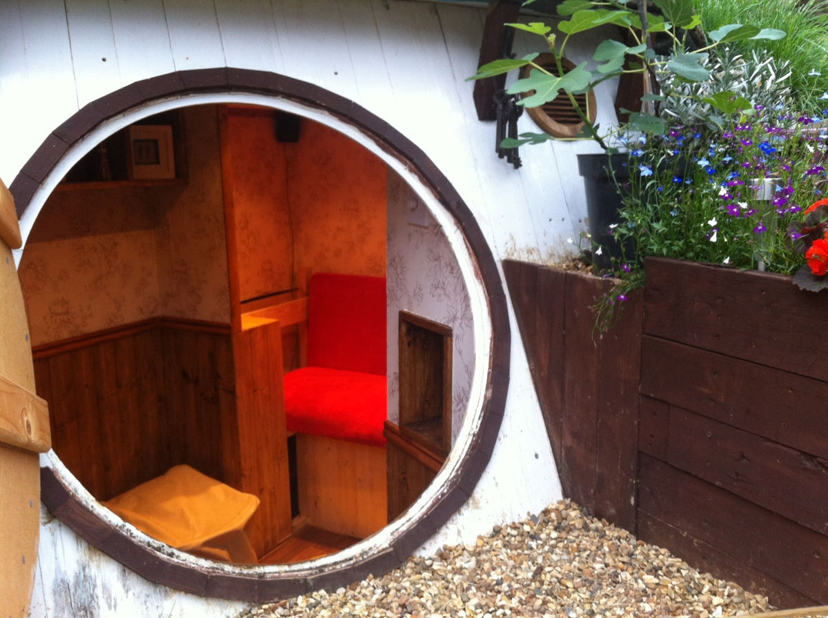 10-Ashley-Yeates-Architecture-with-the-Garden-Hobbit-Hole-www-designstack-co