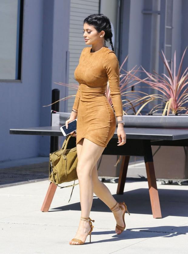 Kylie Jenner earth colors, sandália e bolsa
