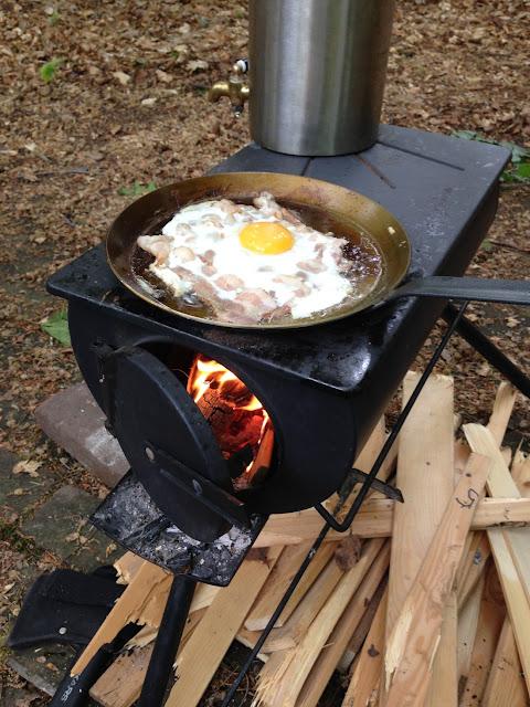 eieren met spek op het houtkacheltje/kooktoestel