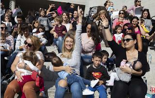 Εκατοντάδες μαμάδες βγήκαν σε όλη την Ελλάδα να θηλάσουν δημόσια τα μωρά τους