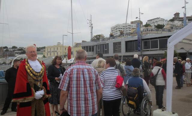 Begrüßung der Artania und ihrer Passagiere in Torquay, u.a. vom Bürgermeister