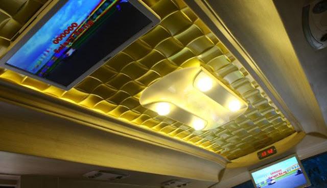 Pada atap kabin, bus ini dihiasi dengan fitur ukiran ditambah lampu kuning yang memanjang.