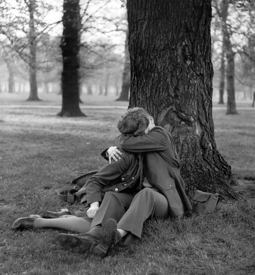 60 + 1 Heart-Warming Historical Pictures That Illustrate Love During War - An English ATS And Eighth Air Force Sergeant Enjoy A Blissful Kiss, 1945