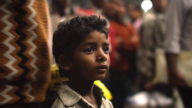 Sunny Pawar joue Saroo, âgé de cinq ans, dans Lion de Garth Davis