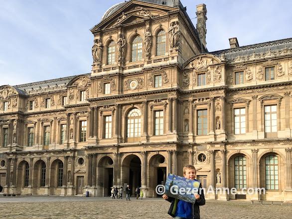 Paris Louvre müzesi eserleri için yarım gün gerekli