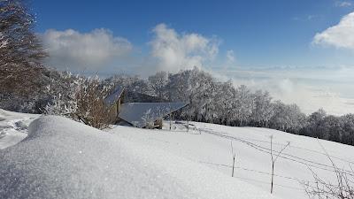 Kapelle mit Nebelmeer und Alpen im Hintergrund
