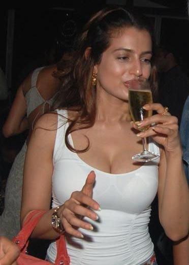Ameesha Patel in white t-shirt, Ameesha Patel drinking beer photos, Ameesha Patel drunk look