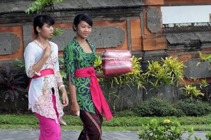 Ini Gaya Nikita Willy Nongkrong di Warung Rujak Bali
