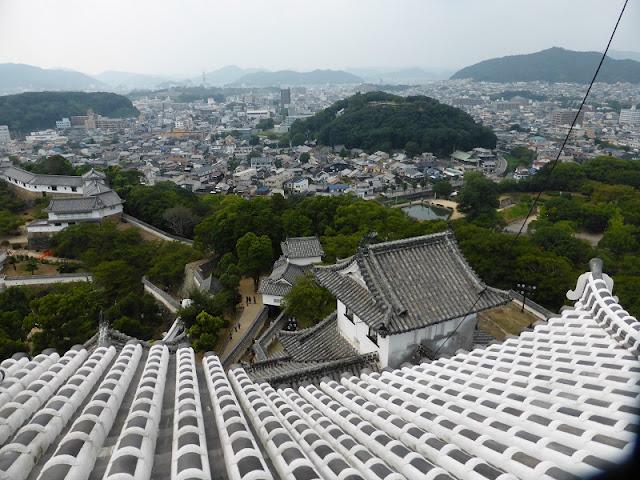 Vista de la muralla y de la ciudad de Himeji
