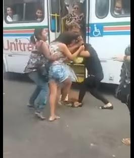 """VEJA VÍDEO – Mulheres """"quebram o pau"""" no centro de João Pessoa e nem a polícia consegue separar"""
