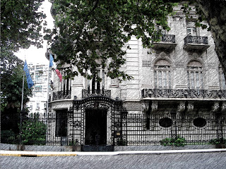 Embaixada da França, em Buenos Aires: sem Janelas ao Nível da Rua. E Grandes Janelas no Primeiro Piso.