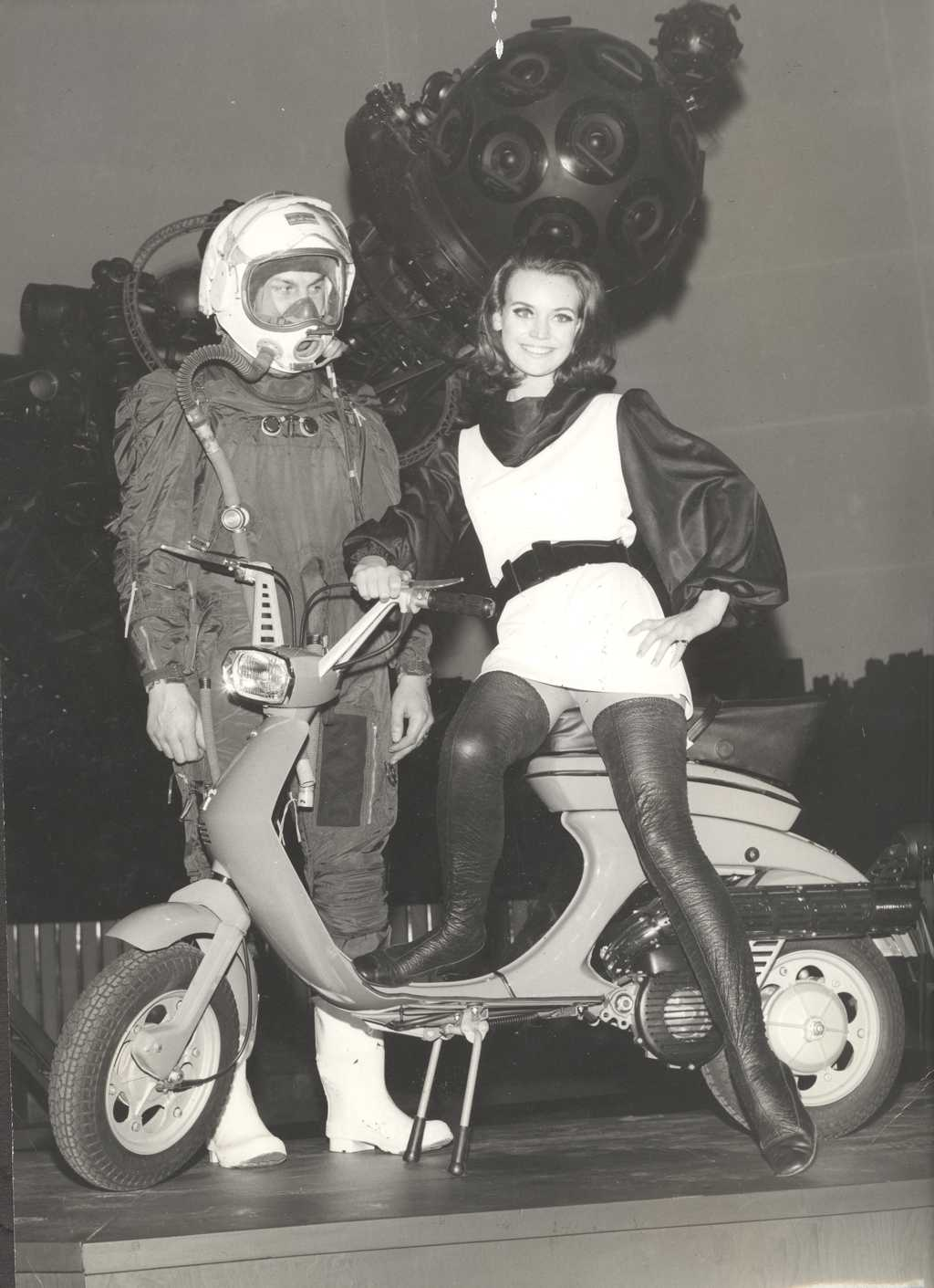 28 Fascinating Black And White Photos Of Lambretta Adverts