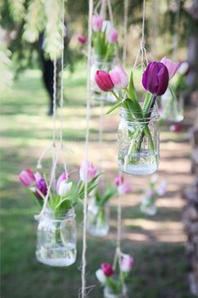Untuk membuat vas bunga gantung juga sama sekali tidak sulit. Hanya perlu memasang kawat pada bagian leher toples.