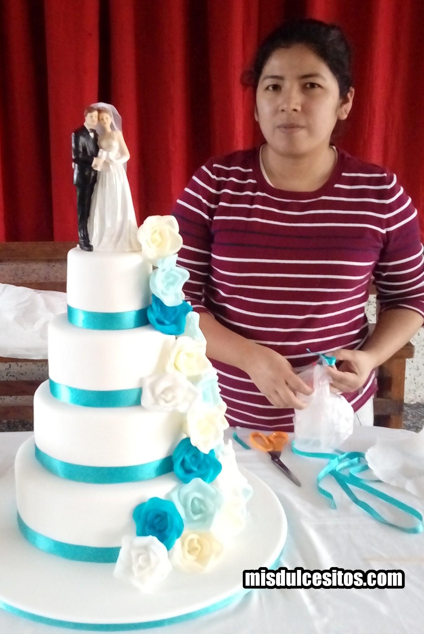 Torta de boda con rosas turquesas celestes y blancas. Venta de tortas para bodas en Lima, Perú.