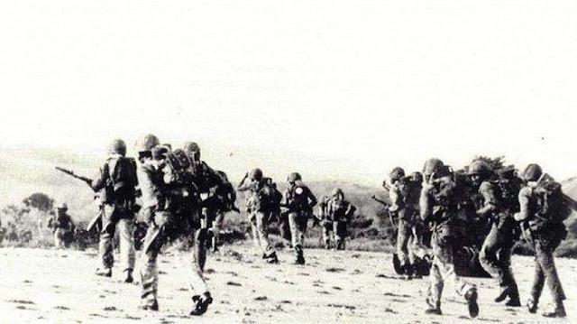 Pasukan Kostrad Indonesia mendarat di pantai Timor Timur