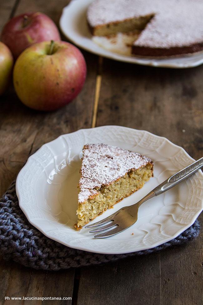 Foto con la torta di mele grattugiate