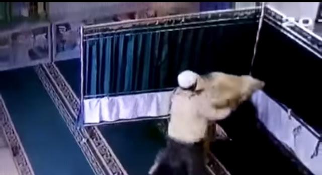 Video Detik-detik Pria Berkopiah Putih Hajar Wanita Lagi Salat di Masjid Pakai Balok