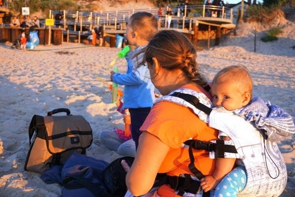 Wakacje nad morzem i trójka malutkich dzieci - jak sie ogarnąć - chusta i nosidło w użyciu