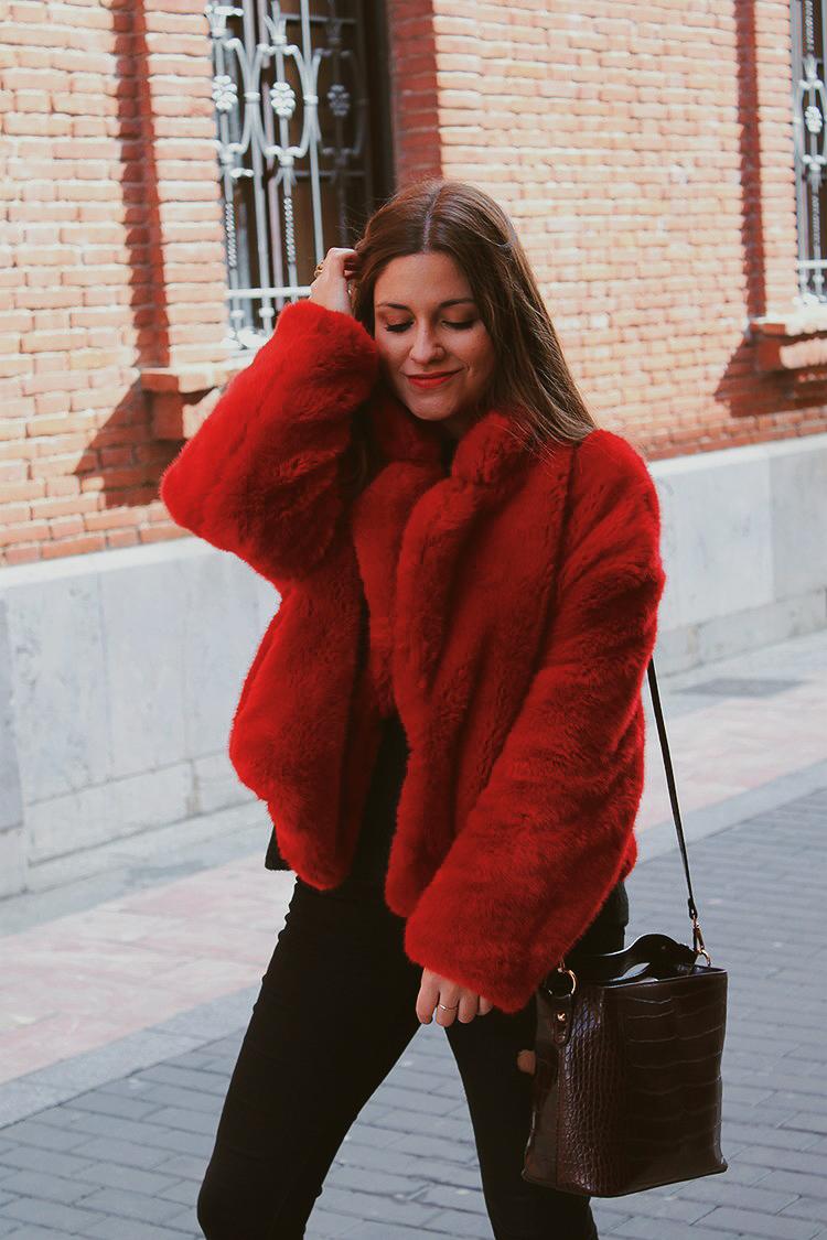 abrigo pelo rojo outfit
