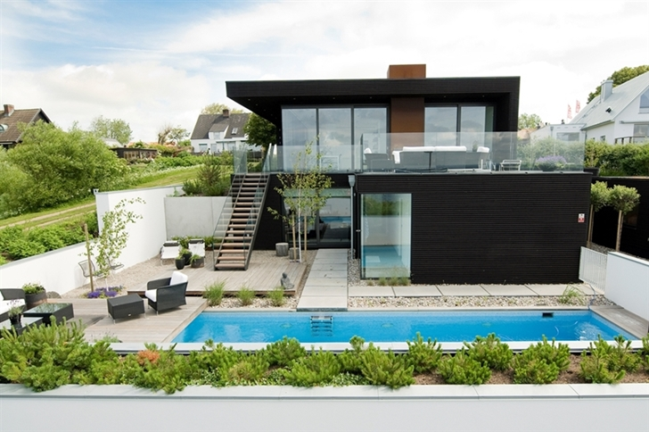 Modern beach house in Sweden with small backyard