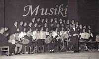 Eski bir musiki korosunun siyah-beyaz fotoğrafı