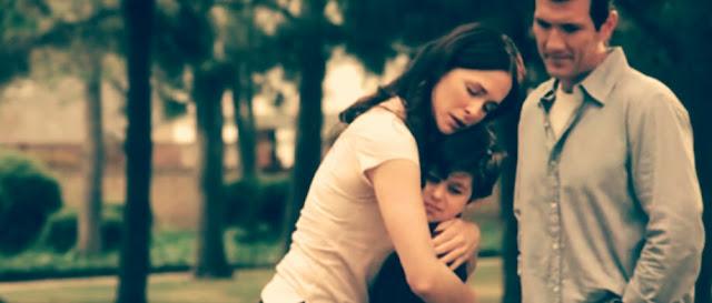 Um casal com filho se abraçam em um parque (Filme Amor Sem Limites, completo e dublado)