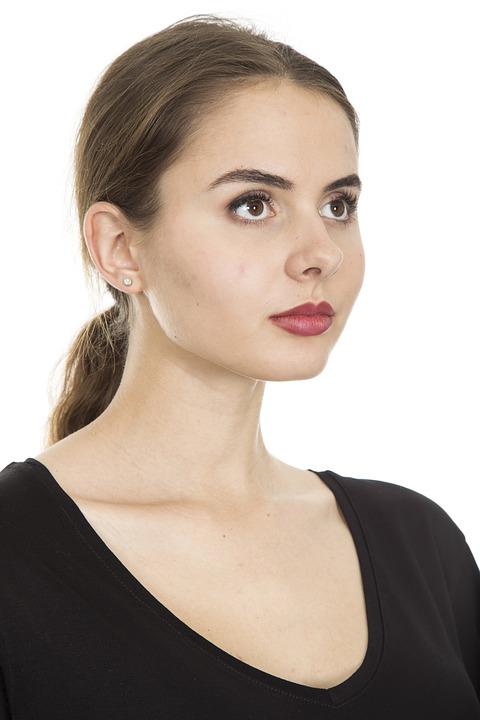 beautiful-woman-with-minimal-makeup Pixabay image makeup trends