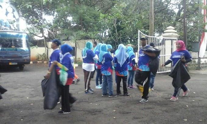 Ratusan Warga Limo Rame-Rame Bawa Sampah ke Kantor Kecamatan