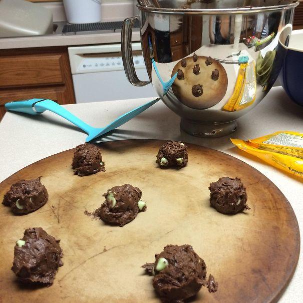Fazendo biscoitos e o reflexo parece um biscoito de chocolate gigante