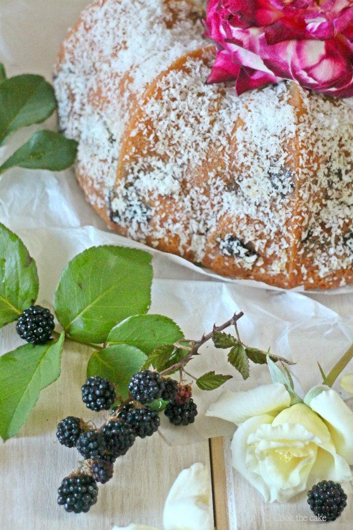 coconut-bundt-cake, coconut-blackberry-cake, bizcocho-de-coco-y-moras