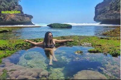 Kolam alami pada pantai batu bengkung