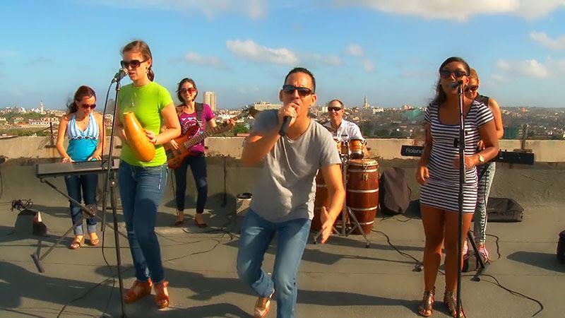 Abel Maceo y su Grupo - ¨Que buena vida de que¨ - Videoclip - Dirección: Marilin Cisneros. Portal Del Vídeo Clip Cubano - 08