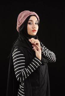 foto konsep hijab indoor di dalam ruangan dengan odel pemula atau masih pemula