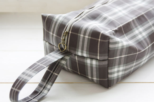 Waterproof Bag - great for traveling but also would be awesome for toting wet swimsuits home. DIY Pattern & Tutorial.