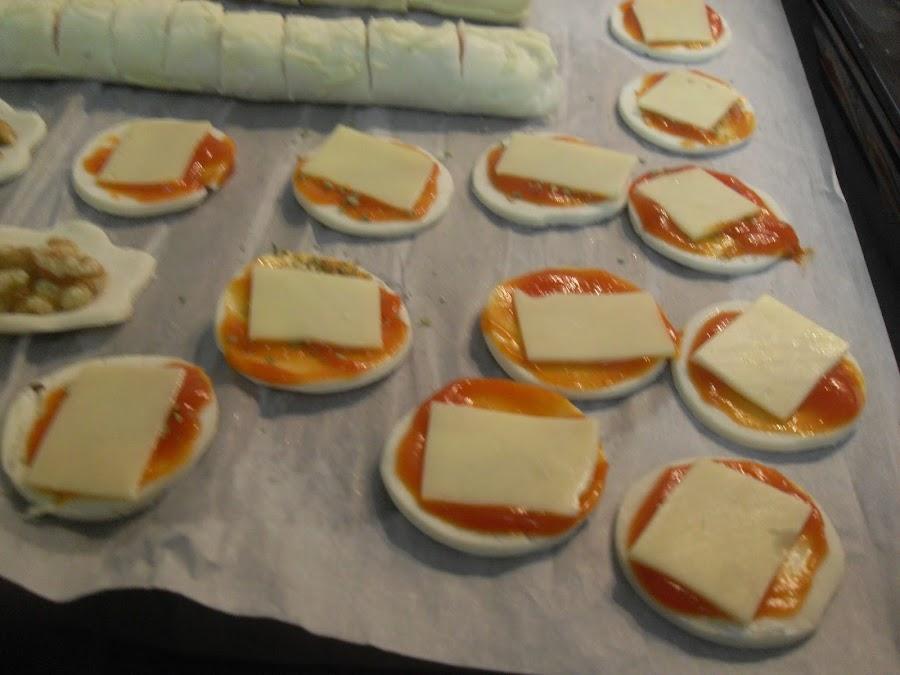 Preparando hojaldres de queso y sobrasada.