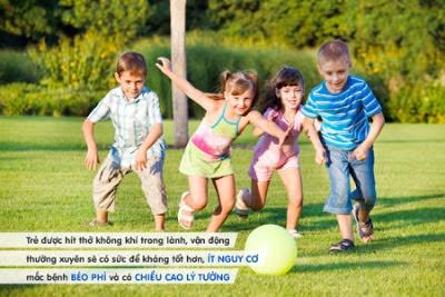Cho trẻ vui chơi ngoài trời giúp tăng cường sức khỏe